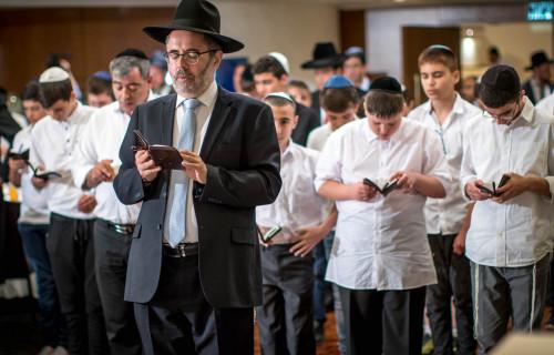 Rabbi-CM-Guttermann-davning-with-Barmitzvah-boys