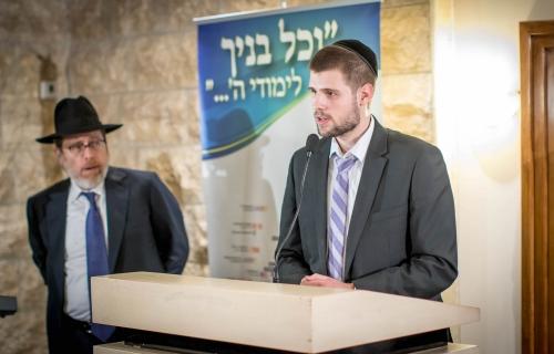 Shuvu-Kollel-man-saying-Divrei-Torah