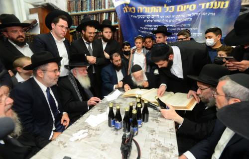 Siyum-by-Rabbi-Chaim-Kaniewsky-student-completing-Shass